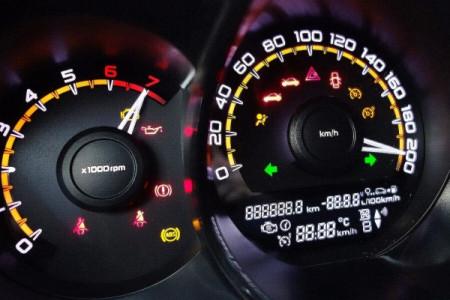 4 важных индикатора на приборной панели вашего автомобиля