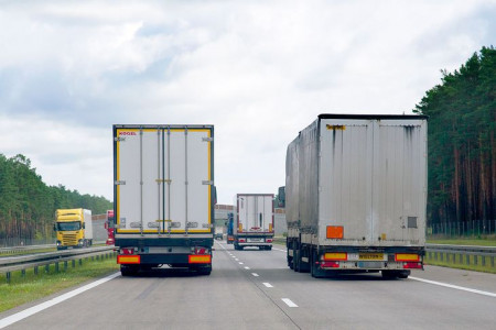 Главные ошибки при обгоне грузовиков и фур